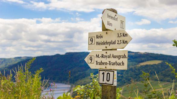 Обои Указатель дорог на фоне гор