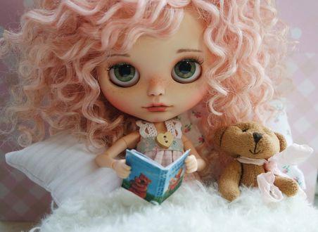 Обои Розоволосая девушка кукла с волнистыми волосами с медведем читает книгу
