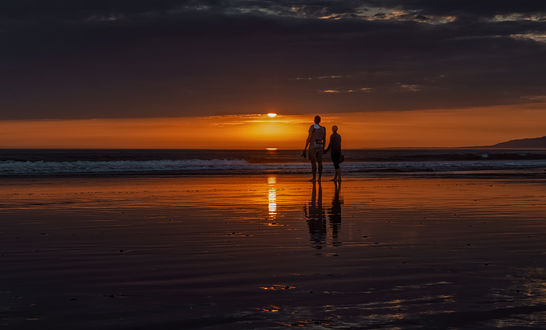 Обои Влюбленные стоят у моря, любуясь закатом, by Wilkof Photography