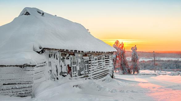 Обои Дом заметенный снегом, восход солнца