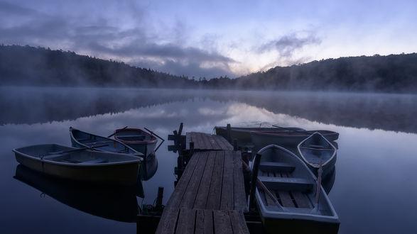 Обои Пришвартованные лодки у причала на туманном озере