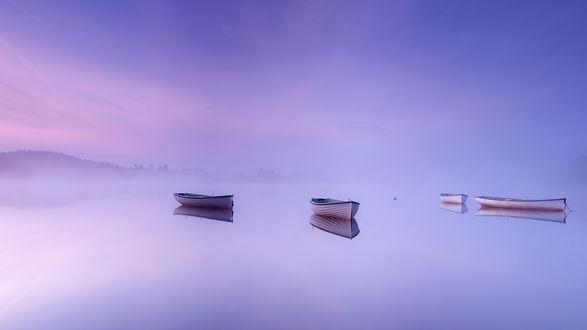 Обои Лодки на спокойном туманном озере