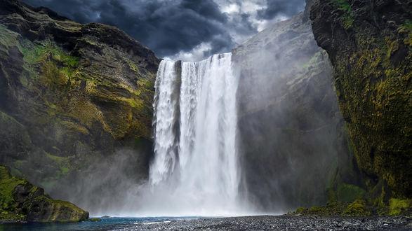 Обои Большой водопад под мрачным небом