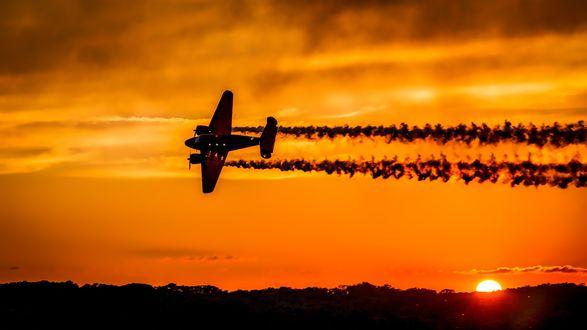 Обои Летящий по закатному небу самолет