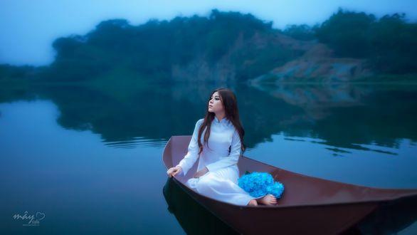 Обои Девушка азиатской внешности сидит в лодке на озере