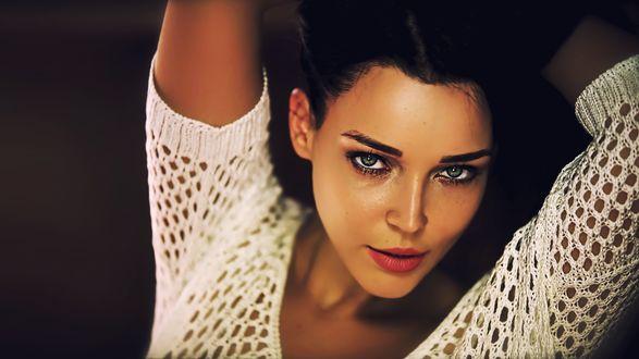 Обои Красивая модель Ангелина Петрова на темном фоне