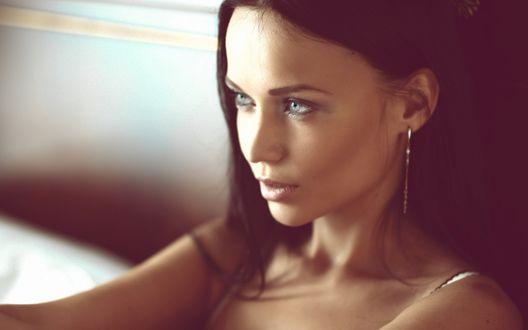 Обои Красивая модель Ангелина Петрова на кровати