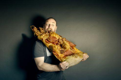 Обои Мужчина с бородой ест огромный кусок пиццы, by Scott MacBride