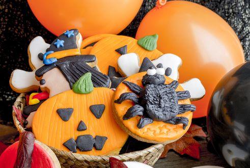 Обои Глазированные печеньки в стиле Хэллуин / Halloween с воздушными шарами
