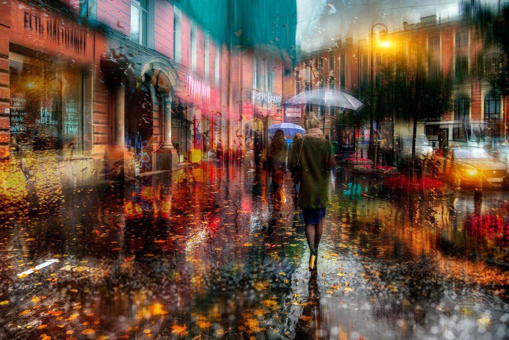 Обои для рабочего стола Люди с зонтами под проливным дождем на улице города, фотограф Гордеев Эдуард