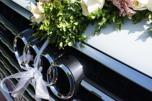 Обои Белая машина Audi Q7 / Ауди, оформленная в свадебном стиле, лентами и живыми цветами