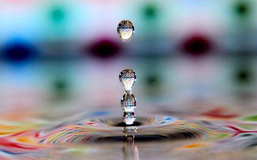 Обои Разноцветное преломление капель воды
