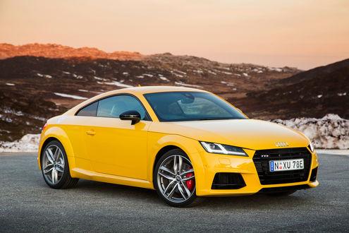 Обои Автомобиль Audi / Ауди желтого цвета на фоне гор