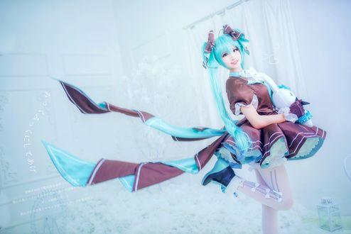 Обои Девушка с игрушкой в костюме vocaloid Hatsune Miku / Вокалоид Хатсуне Мику, cosplay