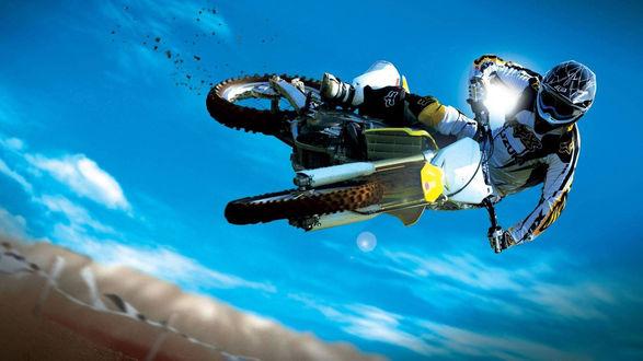 Обои Гонщик на мотоцикле в прыжке