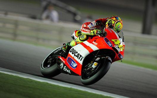 Обои Гонщик на красном мотоцикле Ducati