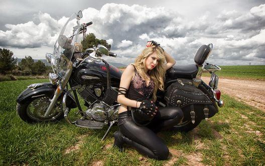 Обои Девушка на фоне мотоцикла