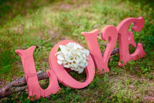 Обои Надпись LOVE / любовь / из розовых букв с букетом белых каллов на траве