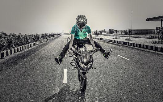 Обои Человек выполняющий трюк на мотоцикле
