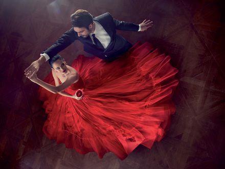 Обои Актриса Eva Green / Ева Грин в красном платье танцует с мужчиной
