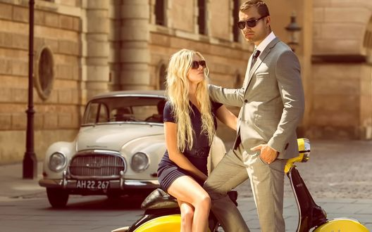 Обои Девушка и мужчина на скутере