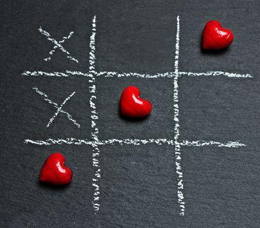 Обои Игра в крестики - нолики с помощью красных сердец и мела