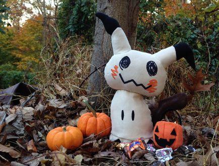 Обои Игрушка Mimikyu / Мимикью из игры Покемон / Pokemon в осенней листве, by Zareidy