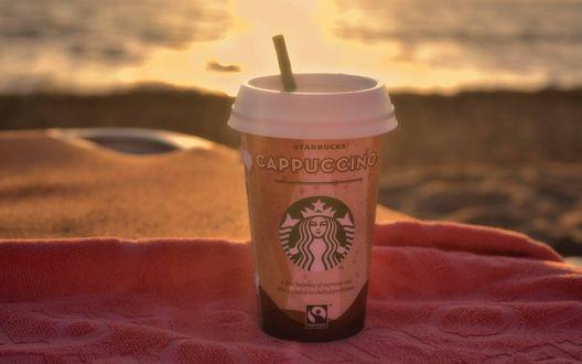 Обои Стакан с кофе Starbucks Coffee / Старбакс и трубочкой стоит на полотенце (Cappuccino / Каппучино)