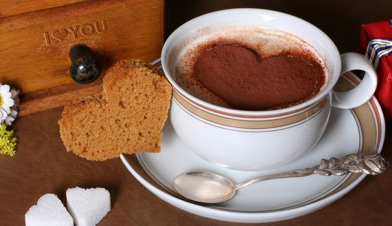 Обои Кофе с рисунком сердечка из тертого какао, ложка, хлеб в виде сердца, сахар - сердечки (I love You)