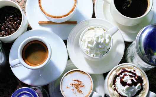 Обои На столе стоит несколько чашек: с американо, каппучино, кофе со взбитыми сливками, эспрессо и просто кофе в зернах