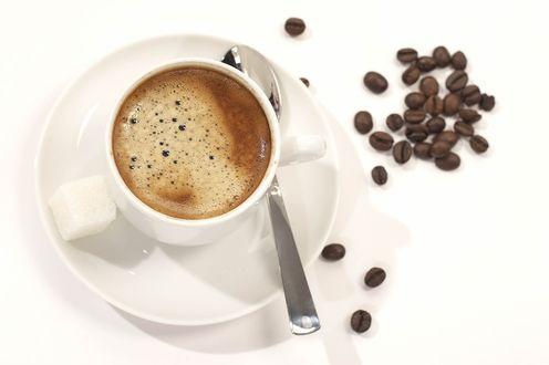 Обои Небольшая чашка с кофе на блюдце и кофейные зерна