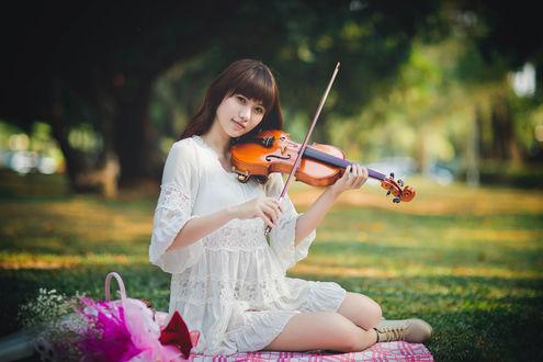Обои Девушка азиатской внешности играет на скрипке