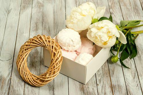 Обои Бело-розовый зефир в коробке рядом с белыми пионами