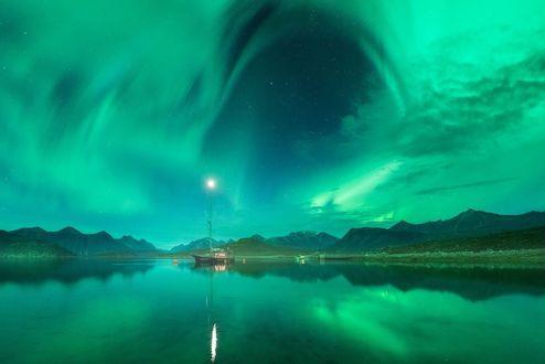 Обои Корабль на воде на фоне неба с северным сиянием, фотограф Daniel Kordan