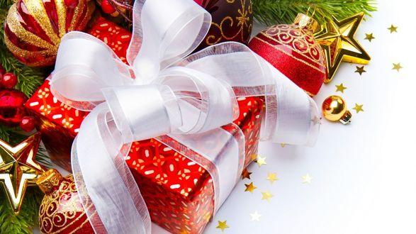 Обои Подарок перевязан белым бантом, рядом стеклянные игрушки