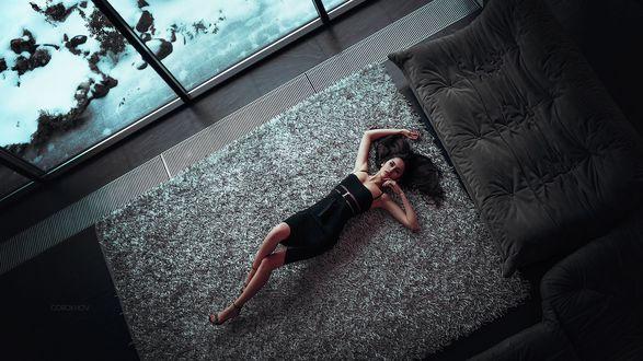 Обои Девушка в черном платье лежит на полу, фотограф Ivan Gorokhov