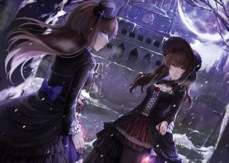 Обои Две девушки в исторических костюмах стоят ночью рядом с башней с часами