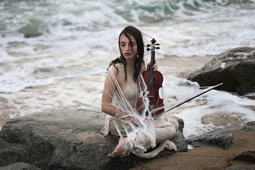 Девушка с мокром платье