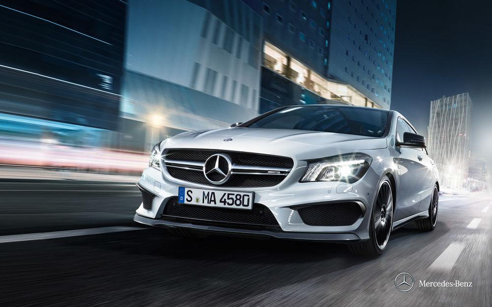 Обои для рабочего стола Автомобиль Mercedes Benz едет по ночному городу