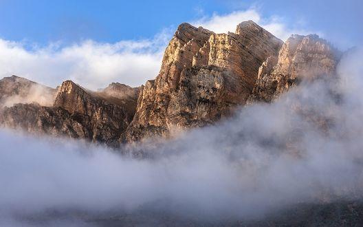 Обои Скала Черепа окутанная дымкой, фотограф Михаил Туркеев