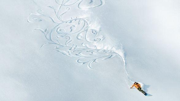 Обои Горнолыжник при спуске с горы, нарисовал лыжами узоры на снегу