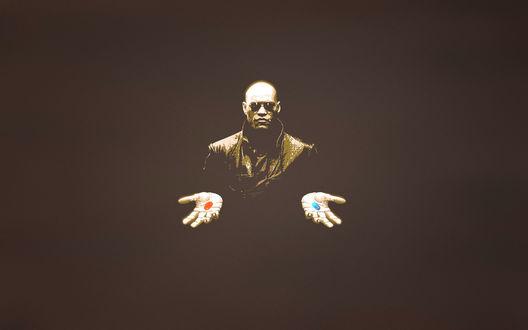 Обои Морфиус держит в каждой руке капсулы красного и синего цвета, фильм Матрица