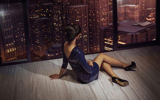 Обои Миниатюрная девушка смотрит сквозь прозрачную стену на огни ночного города