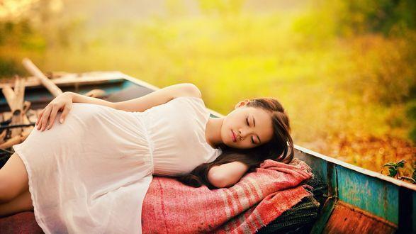 Обои Спящая девушка в белом платье в лодке