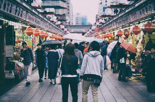 Обои Люди под дождем на рынке Токио, Япония