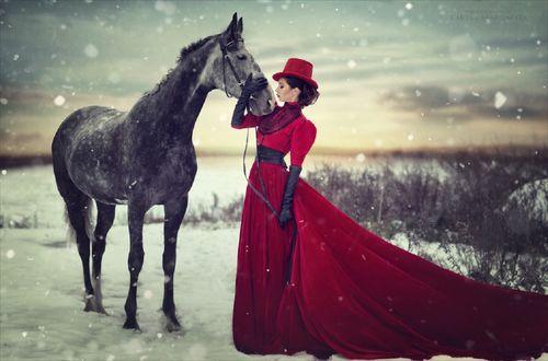 Обои Девушка стоит рядом с лошадью, фотограф Margarita Kareva