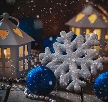 Обои Рождественские украшения с шарами на деревянном столе, фотограф Oxana Denezhkina