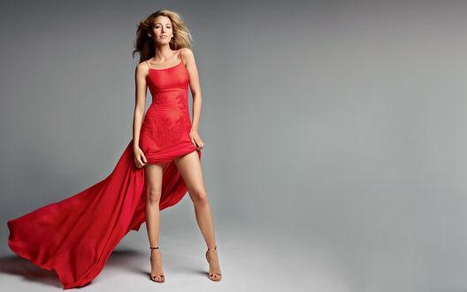 Обои Актриса Blake Lively позирует в красном платье на сером фоне