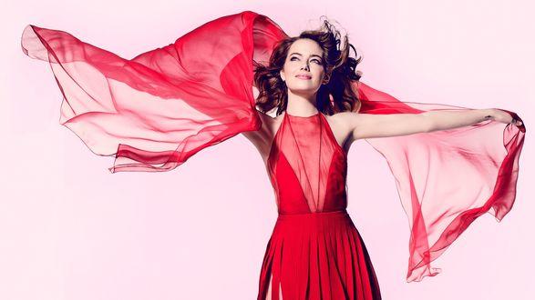 Обои Актриса Emma Stone / Эмма Стоун позирует в красном платье с шарфом