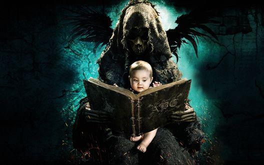 Обои Смерть держит маленького ребенка перед раскрытой книгой, фильм Азбука смерти / The ABCs of Death
